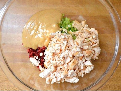 Пикантный куриный салат с клюквой