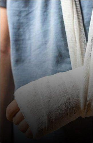 Школьника, оказавшегося в больнице с болезнью почек, выписали с переломом руки