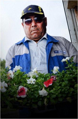 В Павлодаре приступили к разбивке цветников и уходу за зелеными насаждениями.