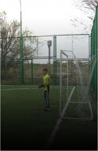Футбольное мини-поле в Красноармейке, на котором пострадал ребенок, отремонтировали