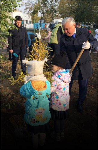 Павлодарские школьники вместе с акимом города поддержали республиканскую акцию по высадке деревьев