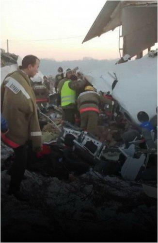 """Крушение самолета """"Бек Эйр"""" близ Алматы: погибли 14, выжили 79 человек"""
