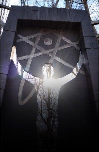 Павлодарский чернобылец Анатолий Стасьо во дворе своего дома поднял на 8-метровую высоту флаг Ассоциации