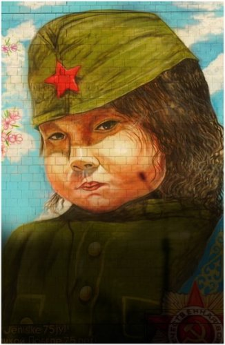 Павлодарские художники-аэрографисты превратили торец пятиэтажки в полотно с историей