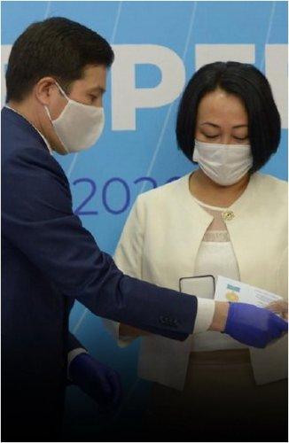 Павлодарцев наградили медалями за участие в борьбе коронавирусной инфекцией