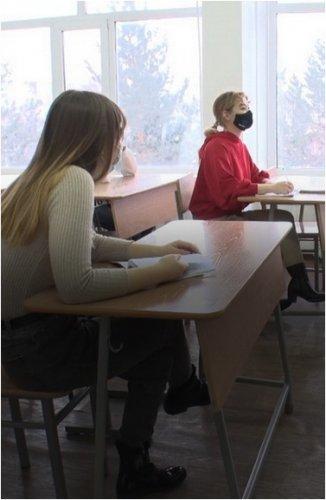 Студенты первых курсов впервые сели за парты универа