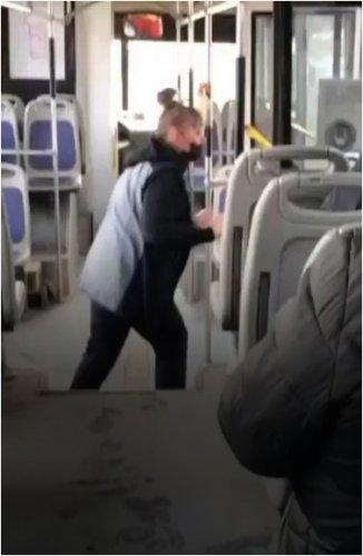 Кондуктору, выпнувшей пенсионерку из автобуса, назначили штраф