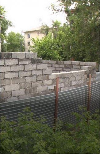 «Обещали детскую площадку»: павлодарцы больше года пытаются отстоять участок в своем дворе