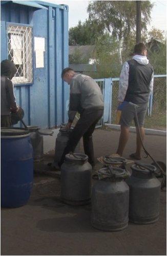 Набирать воду из Иртыша и топить снег зимой приходится жителям села Енбек