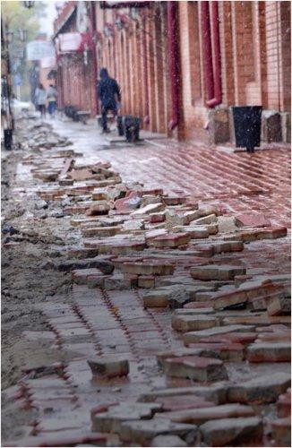 «Сломана брусчатка и пыль столбом»: как ремонтируют улицу Астана